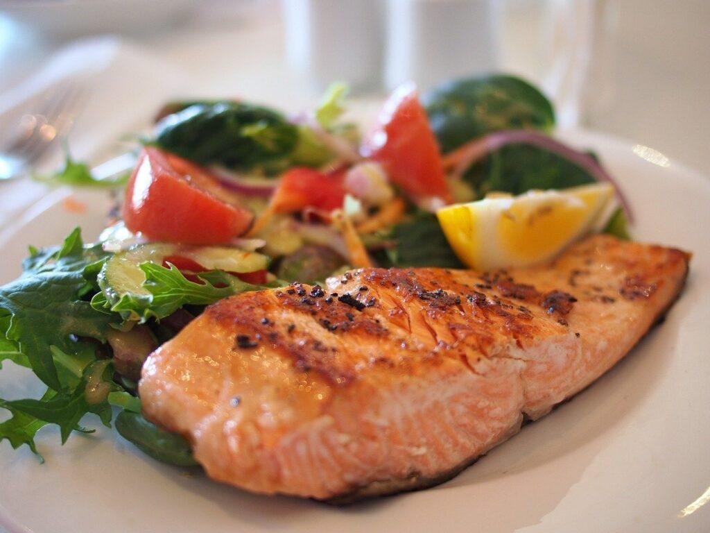 Pasto sano con vegetali, proteine e carboidrati