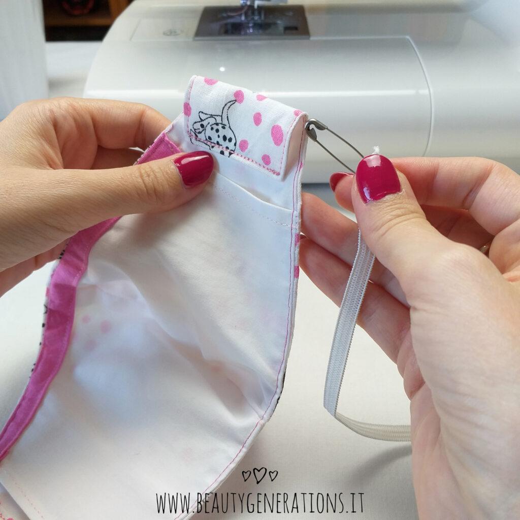 Inserisci l'elastico con una spilla da balia